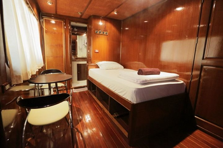 Hallelujah liveaboard single cabin